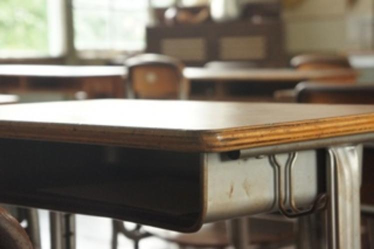 【校舎・内観】教室の机。いい味出してます。