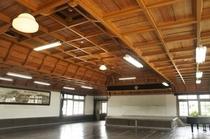 【校舎・内観】二重折り上げの洋風格(ごう)天井となっており、鏡板はすべて無節の檜柾目板です。