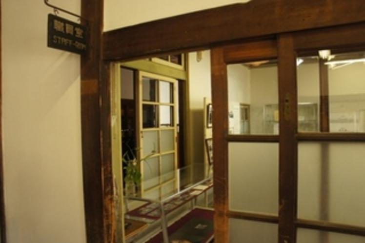 【校舎・内観】職員室です。当時の雰囲気が味わえます。