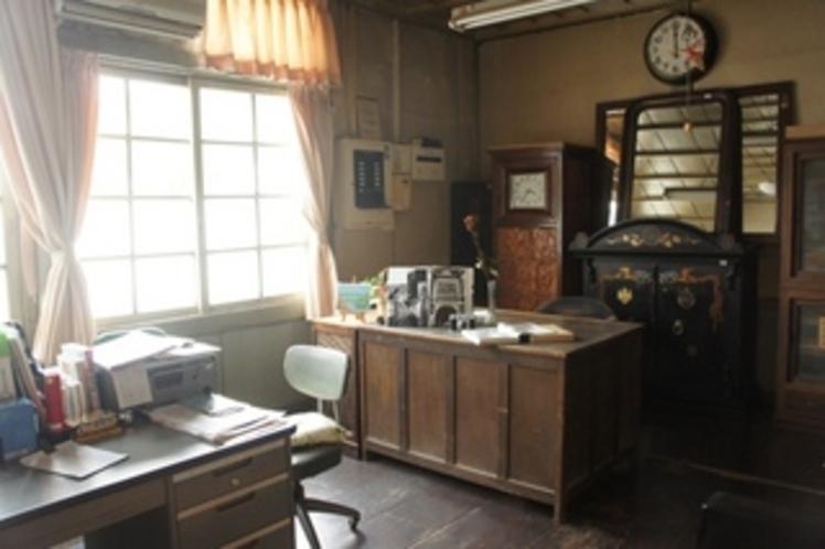 【校舎・校長室】やはり厳格な雰囲気がただよっています。実際に中に入って見学できます。
