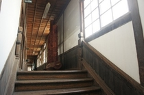 【校舎・内観】階段は幅広くゆったりとしており、上下には橋の欄干を思わす細かい細工が施されています。