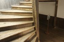 【校舎・階段】木造作りの階段は歩くときしむ音が・・・