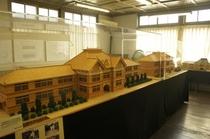 【展示物】校舎の全景の模型が展示されています。
