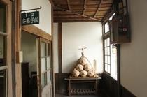 【校舎・内観】廊下に米俵が展示されています。