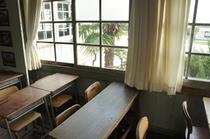 【校舎・内観】教室から見える校庭。昔は授業が終わって早く遊びたかったものですね(笑)