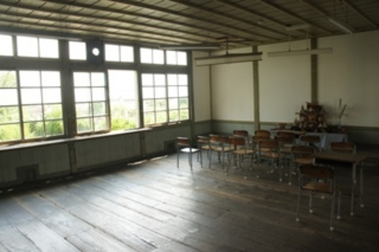 【校舎・内観】ここちよい光が差し込む教室。ここでどれだけの生徒が学び、育っていったのでしょうか・・・
