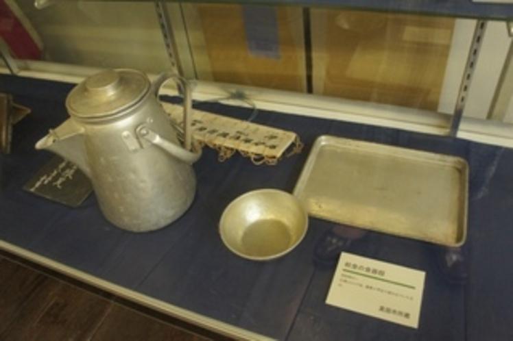 【展示物】当時の学校給食に使われていた食器です。