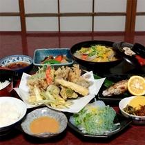 *夕食一例/山の幸をふんだんに。周辺の山で獲れた山菜や葉っぱ、群馬の野菜中心にご用意。