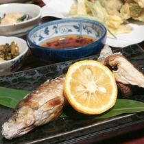 *夕食一例/清流で育った鮎を昔ながらの塩焼きで。塩とレモンで、さっぱりといただける逸品。