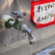 *山間の宿のため、お水は冷たくて美味しいです。蛇口についているのは温泉の成分です。