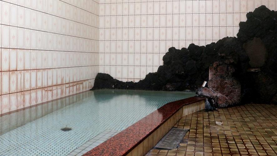 *女湯/無色透明のカルシウム硫酸塩温泉。浸かっていると、白い気泡が体中を覆います。