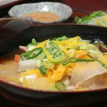 *夕食一例/ふんわり柚子の香りが食欲をそそる豚汁。きのこ、さといも、ネギなど野菜たっぷり!