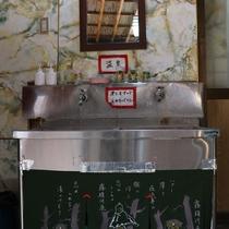 *お風呂から出たところに、温泉が飲める水場がございます。蛇口についているのは温泉の成分です。