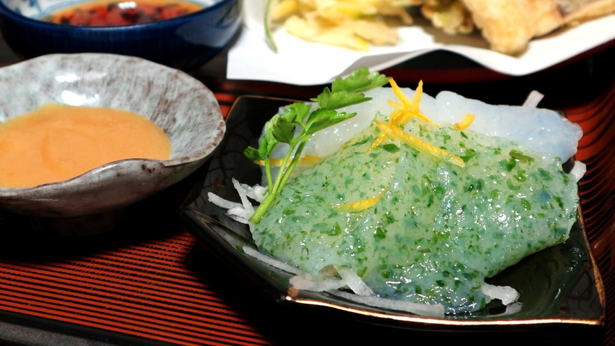 *夕食一例/群馬名物、さしみこんにゃく。ぷるぷるの食感と酢味噌の酸味が合い、柚子の香りがアクセント。