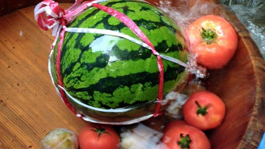 *夏/石清水を使って冷やしたスイカとトマト
