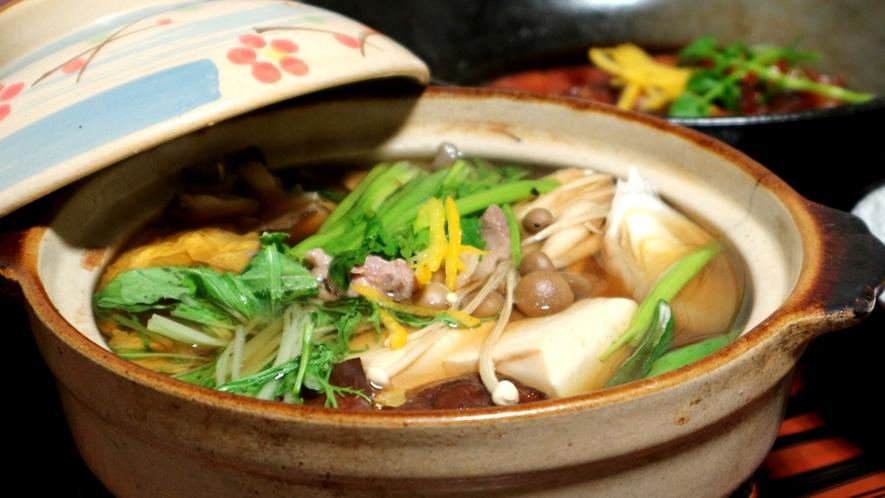*コタツには鍋、冬限定の一品です。群馬や周辺で獲れた地産の野菜をふんだんに煮込んでおります。