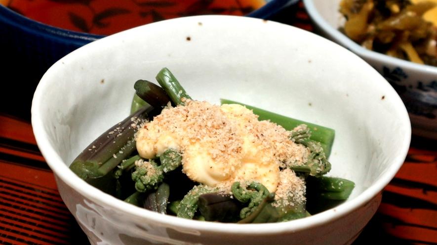 *夕食一例/わらびの和え物。山菜はここの山で育ち、その時期一番美味しいものを使います