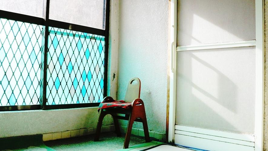 *脱衣所/アメニティはリンスインシャンプーのみ。設備は昔ながらのシンプルなつくりです。