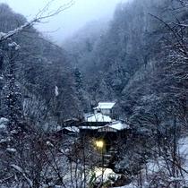 *上州の山間に金湯館はございます。冬はしんしんと降り積もる雪の中、山の静寂が辺りを包みます。