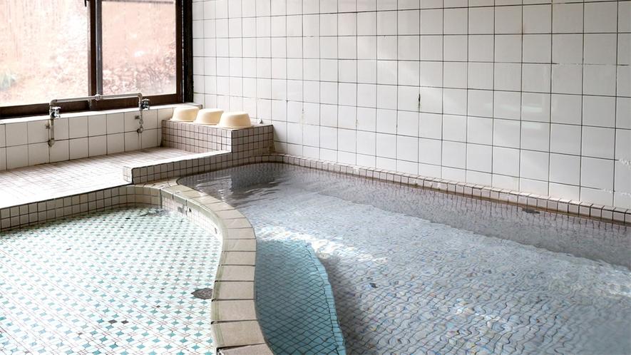 *男湯/無色透明のカルシウム硫酸塩温泉。浸かっていると、白い気泡が体中を覆います。