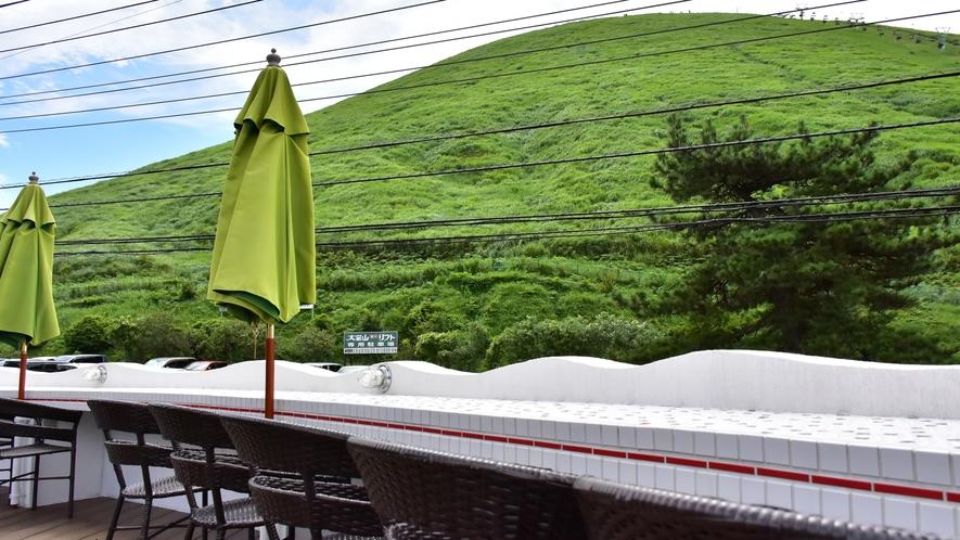 *【メインダイニングルーム 「ラ・シック」からの景色】当館だからこそ体感できる大室山ビュー