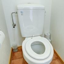 *【客室トイレ】お子様用の便座が付いています。