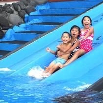【伊豆海洋公園の磯プール】小さなお子様が楽しめるすべり台。ファミリーで楽しめます♪