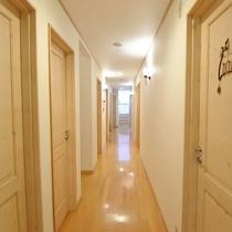 *廊下 白を基調とした館内は温かみ溢れ優しい雰囲気