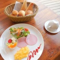【大人用朝食一例】温かいパン、フワフワのスクランブルエッグ、新鮮野菜のサラダなど