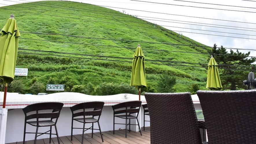 *【メインダイニングルーム 「ラ・シック」テラス】大室山を望むのに最適なテラス席