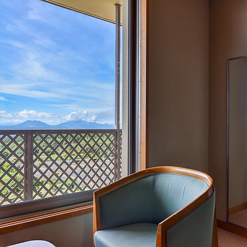 *【和室10畳】窓際で団欒のひと時もいいですね。