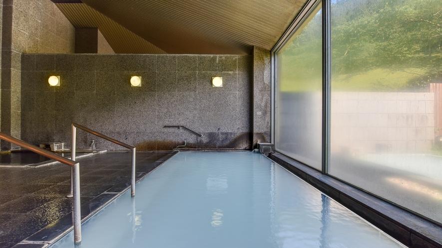 *【大浴場(男湯)】白濁したお湯に硫黄の香りが特徴の硫黄泉。