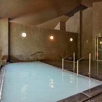 *【大浴場(女湯)】白濁したお湯は、「美人の湯」とも呼ばれています。