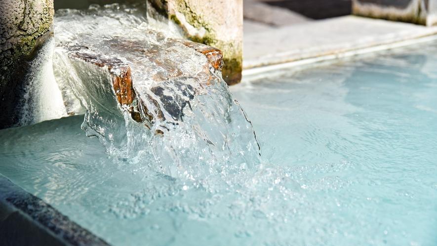 *【露天風呂(男湯)】豊富な湯量で、こんこんと湧き出る天然温泉。