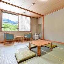 *【和室8畳】窓からは景色が見え、開放的な気分にさせてくれます。