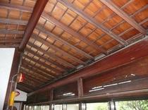 今では珍しい木造の天井です。