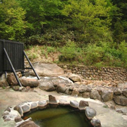 *【露天風呂】川のすぐそばにある露天風呂。自然と温泉を楽しむ一時。