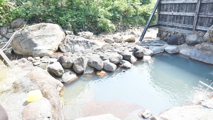 *【露天風呂】青空と緑を満喫できる露天風呂は、濁りのあるお湯。