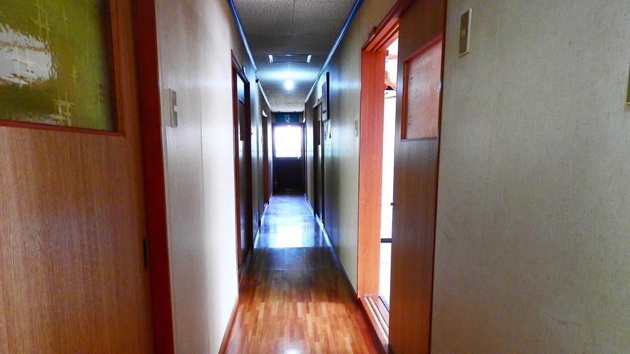 *【館内廊下】昔ながらの湯治場の雰囲気がそのまま残る館内。