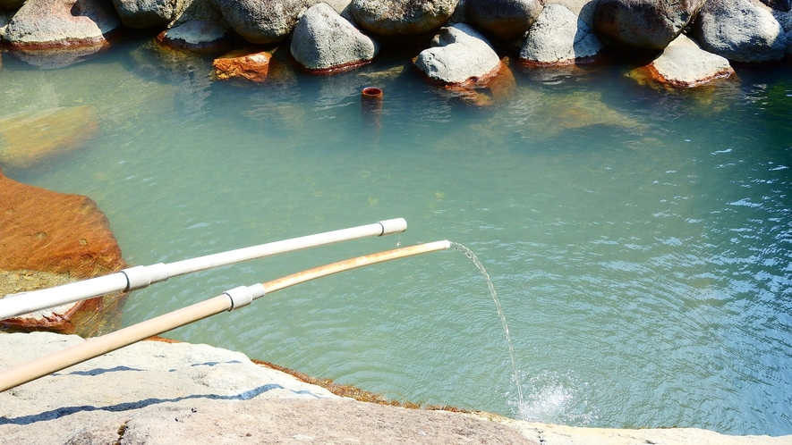 *【露天風呂】山合いで豊富に湧き出るお湯をご堪能ください。