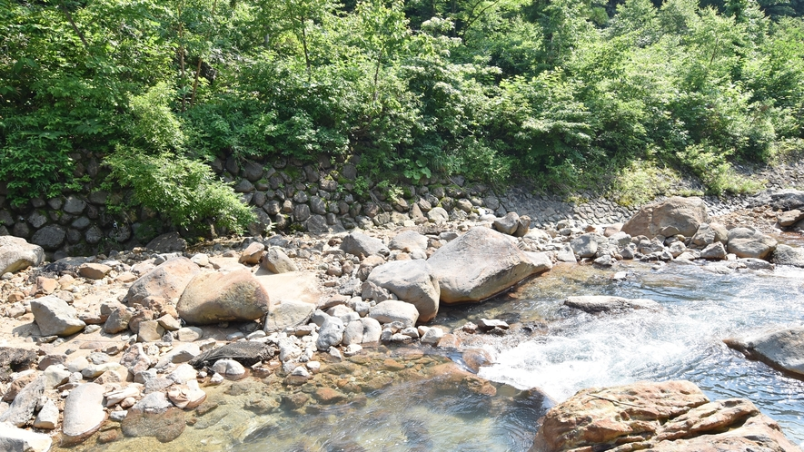 *目の前を流れる川の音に耳を傾け、心もカラダも癒す時間をお過ごしください。