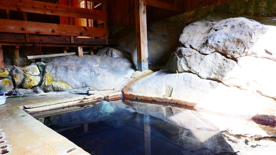 *【石の湯】源泉100%なので、天候によってお湯の色が変わることも。