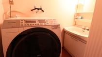 【離れ】洗濯機もあるので長期滞在にも便利