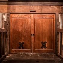 重厚な蔵戸がお出迎え威厳と風格漂う日本一の総欅・特大・希少一枚板一対の蔵戸(数千万円)です。。。