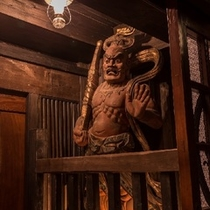 大きく口を開けた阿形、口を閉じた吽形は高さ2m50cm相模国の寺院から譲り受けた貴重なものです。。。