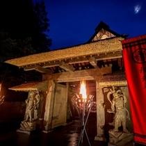 越後国(現在の新潟県上越市)の寺院から譲り受けた山門(寛永年間1624~1644年)