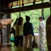目の前に広がる湯西川渓谷を眺めながらゆっくりと四季折々の風景をお楽しみいただけます。。。
