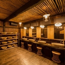 江戸時代より自噴する天然温泉と歴史ある秘湯を源泉掛流しで楽しめる湯宿です。。。【湯屋街道殿方脱衣場】