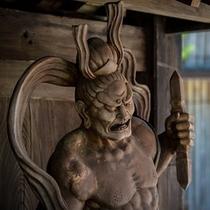 館内のいたる場所に時代箪笥・欄間・蔵戸等をはじめとした数百点もの骨董品を展示しております。。。