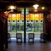 本陣と食事処を結ぶ回廊からは^^♪時間ごとに移り変わる幻想的な中庭の風景をご覧いただけます。。。